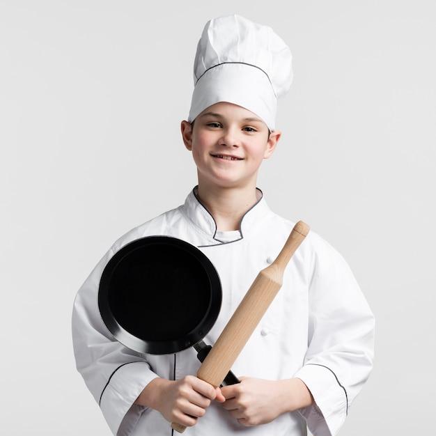 Portret pozytywny młody chłopiec ono uśmiecha się