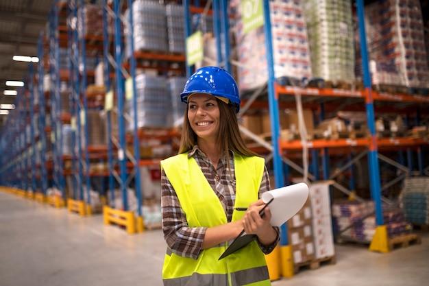 Portret pracownica w magazynie dystrybucyjnym patrząc na bok