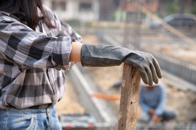 Portret pracownik budowlany na placu budowy