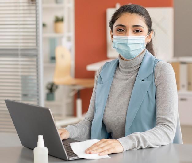 Portret pracownika noszenia maski na twarz