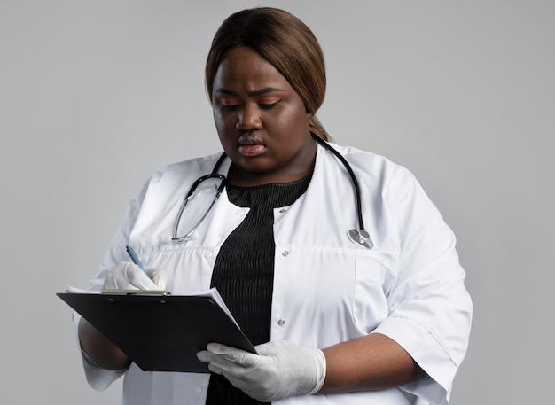 Portret pracownika służby zdrowia w specjalnym sprzęcie