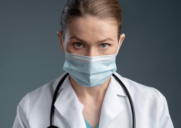Portret pracownika służby zdrowia w specjalnym wyposażeniu
