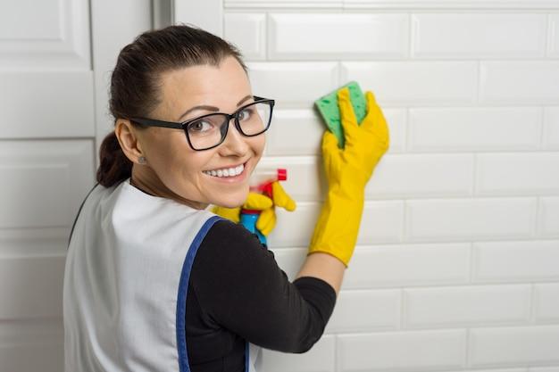 Portret pracownika usług sprzątania