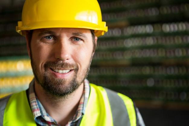 Portret pracownika w fabryce