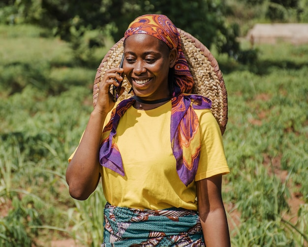 Portret pracownika wsi rozmawia przez telefon