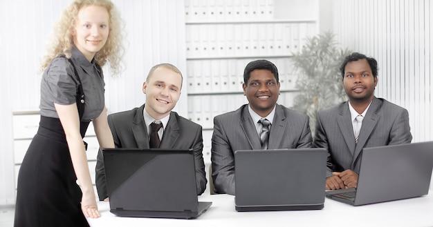Portret pracowników w miejscu pracy w biurze .zdjęcie z miejscem na kopię
