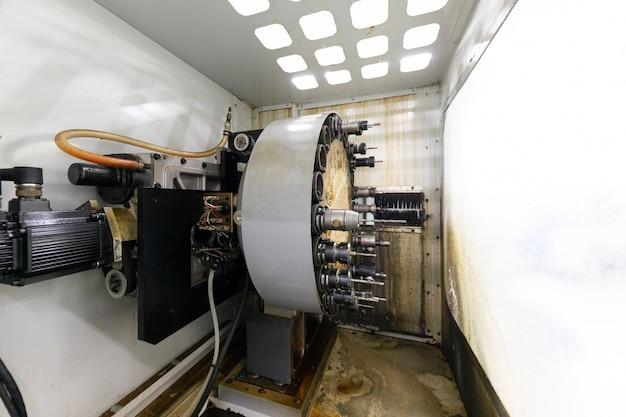Portret pracującej maszyny w zakładzie metalowych detali