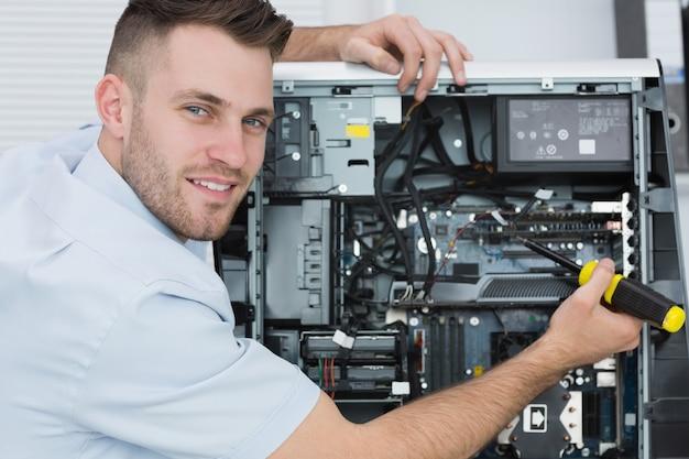 Portret pracuje na cpu komputerowy inżynier