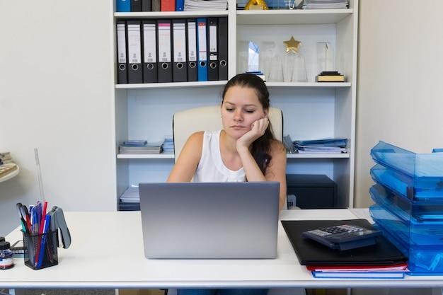 Portret pracuje w biurze młoda kobieta