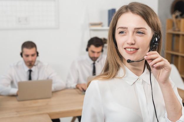 Portret pracuje w centrum telefonicznym kobieta