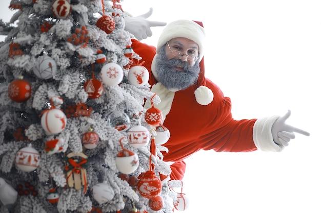Portret prawdziwy szczęśliwy santa claus.funny santa. motyw świąt bożego narodzenia i zimowy nowy rok boże narodzenie nadchodzi!