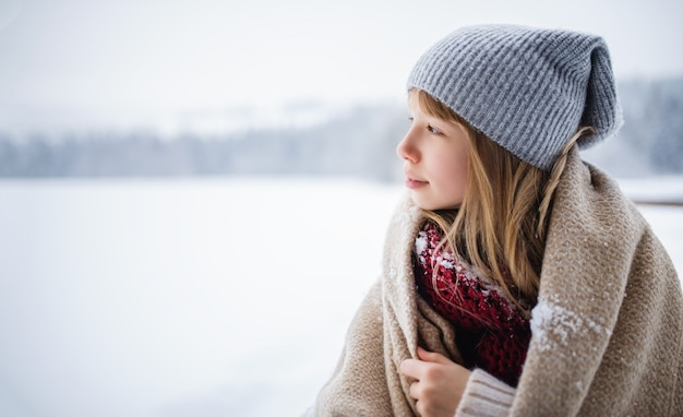 Portret preteen dziewczyna na zewnątrz w zimowej przyrodzie, kopia przestrzeń.