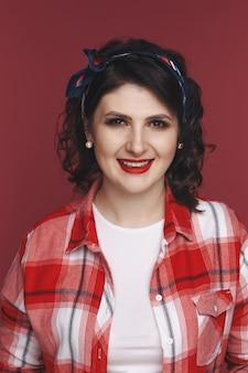 Portret prettywoman na czerwonym tle.
