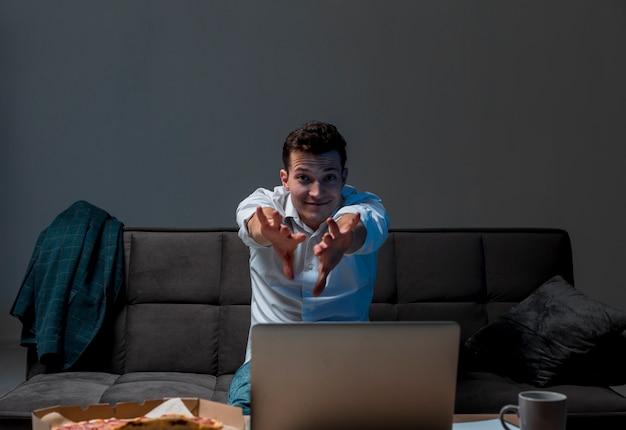 Portret profesjonalisty cieszący się pracą z domu