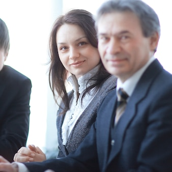 Portret profesjonalnego zespołu biznesowego siedzącego za biurkiem. zdjęcie z miejscem na kopię