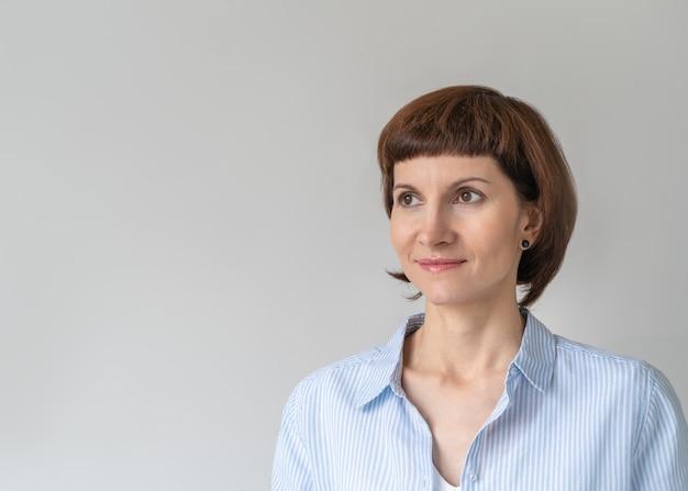 Portret profesjonalnej bizneswoman z uśmiechem