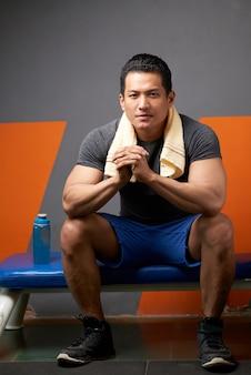 Portret profesjonalny trener fitness gotowy instruować klientów na siłowni