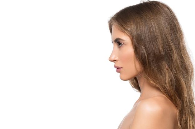 Portret profil twarz uroda kobiety. zdrowa, piękna skóra kobieta na białym tle