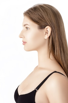 Portret profilowy młodej szczupłej kobiety w czarnej bieliźnie na białym tle
