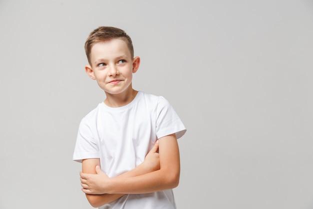 Portret przebiegłego dzieciaka, który coś wymyślił
