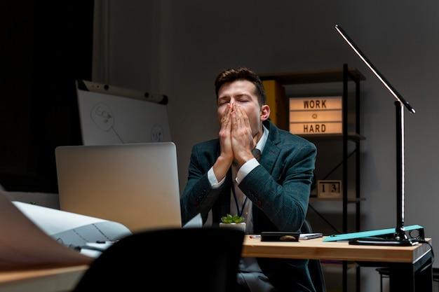 Portret przedsiębiorcy myślącego o projekcie
