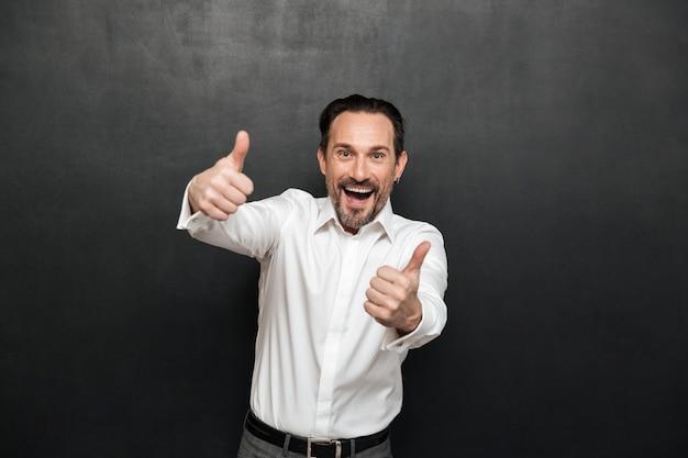 Portret przekonany, dojrzały mężczyzna ubrany w koszulę