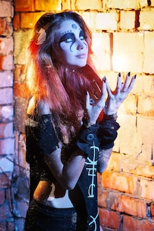 Portret przerażającej dziewczyny z białymi oczami na halloween. straszna wiedźma w jaskini.