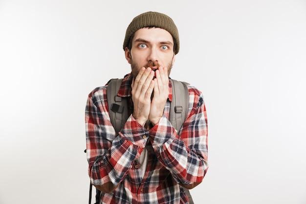 Portret przerażonego brodatego mężczyzny w koszuli w kratę