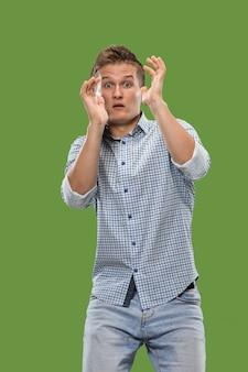 Portret przerażonego mężczyzny na zielono