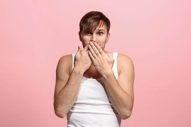 Portret przestraszonego mężczyzny na różowo