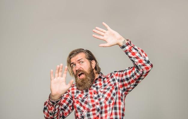 Portret przestraszonego mężczyzny przestraszony brodaty mężczyzna emocje przestraszony przestraszony