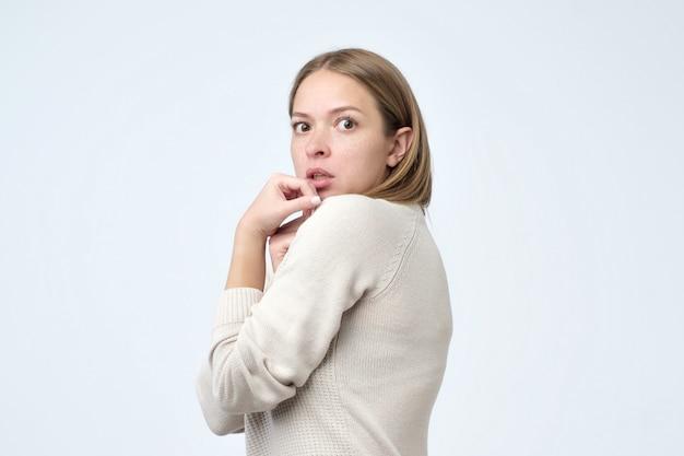 Portret przestraszonej kobiety próbującej ukryć przed wszystkimi coś ważnego