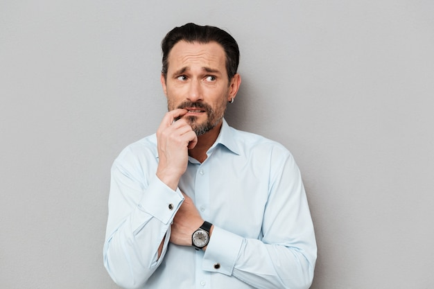Portret przestraszony dojrzały mężczyzna ubrany w koszulę