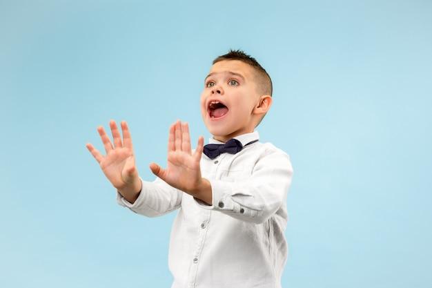 Portret przestraszony nastolatek chłopiec na niebiesko