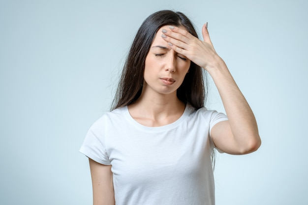 Portret przygnębiona kobieta dotyka jej głowy
