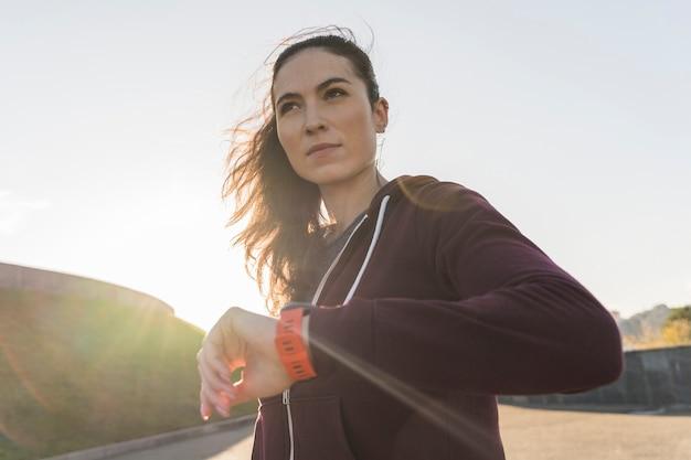 Portret przygotowywający dla trenować aktywna kobieta