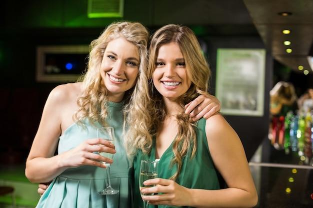 Portret przyjaciele pije szampana