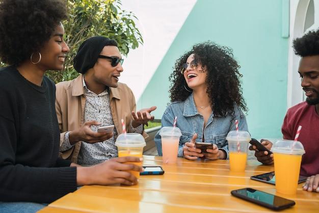 Portret przyjaciół afro, wspólnej zabawy i dobrej zabawy przy piciu świeżego soku owocowego.