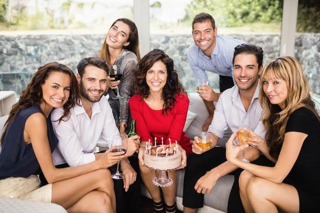 Portret przyjaciół uśmiecha się i świętuje urodziny