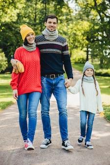 Portret przyjaznego rodzinnego spaceru po parku