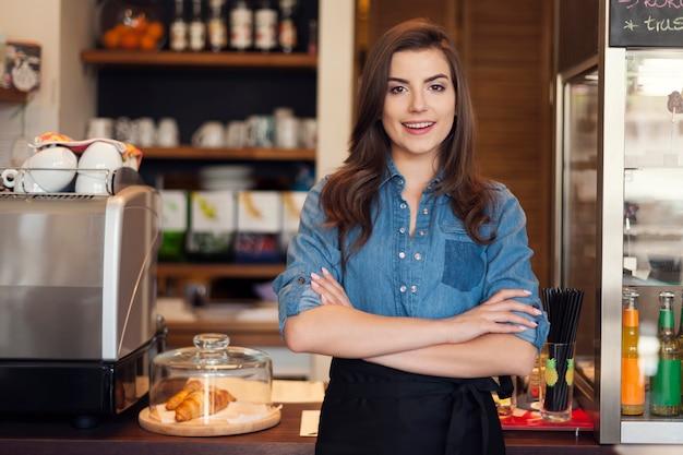 Portret przyjaznej kelnerki w pracy