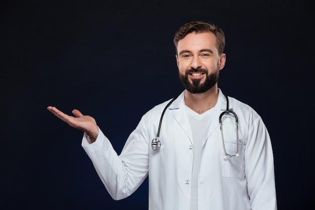 Portret przyjazny lekarz mężczyzna