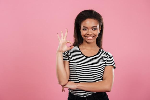 Portret przypadkowa afro amerykańska kobieta pokazuje ok gest
