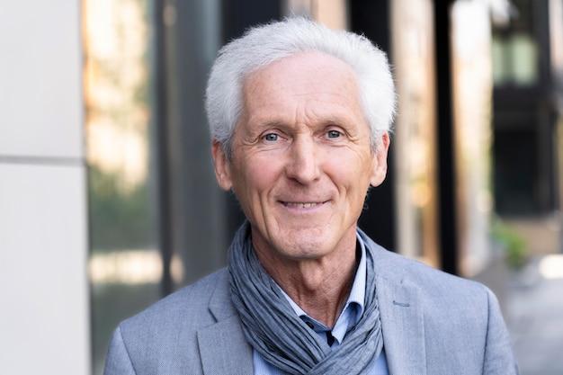Portret przypadkowego starszego mężczyzny w mieście