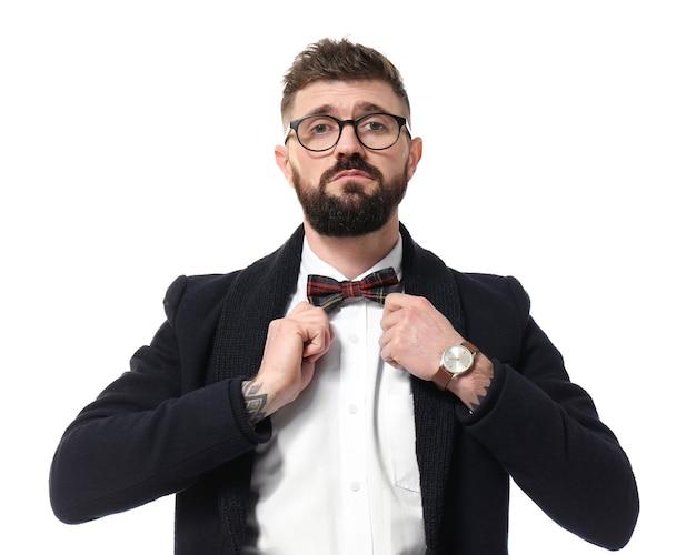 Portret przystojnego hipstera w stylowym stroju na białym