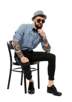 Portret przystojnego hipstera w stylowym stroju