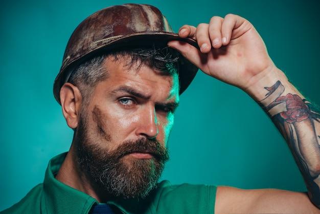 Portret przystojnego inżyniera z bliska mężczyzna w garniturze z pracownikiem budowlanym kask budowlany in