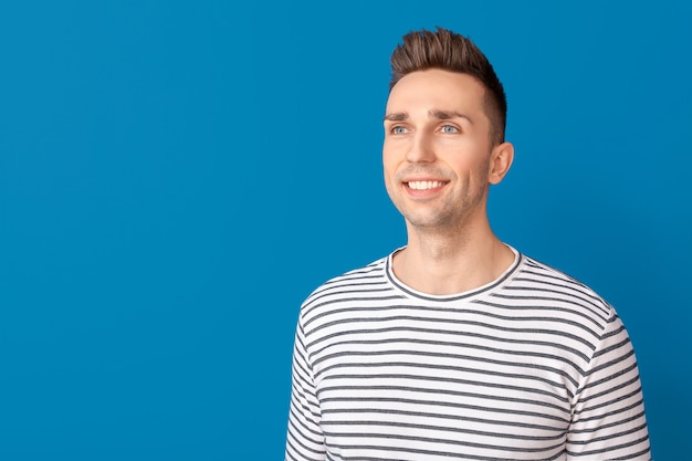 Portret przystojnego mężczyzny na niebiesko