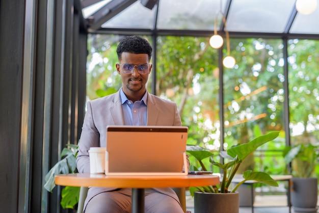 Portret przystojnego młodego afrykańskiego biznesmena w garniturze