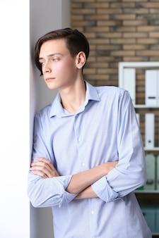 Portret przystojnego młodego mężczyzny w pomieszczeniu
